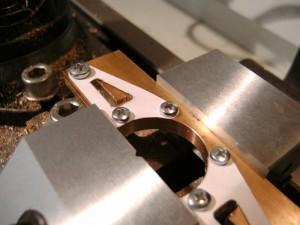 Mit dem Hobbyplotter geschnittene Papierschablone als Orientierungshilfe bei der Bearbeitung