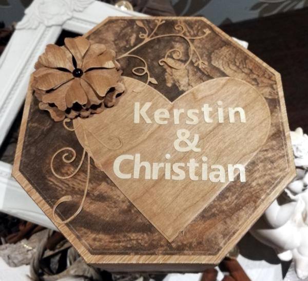 Geschenkverpackung aus Holzpapier für die Hölzerne Hochzeit