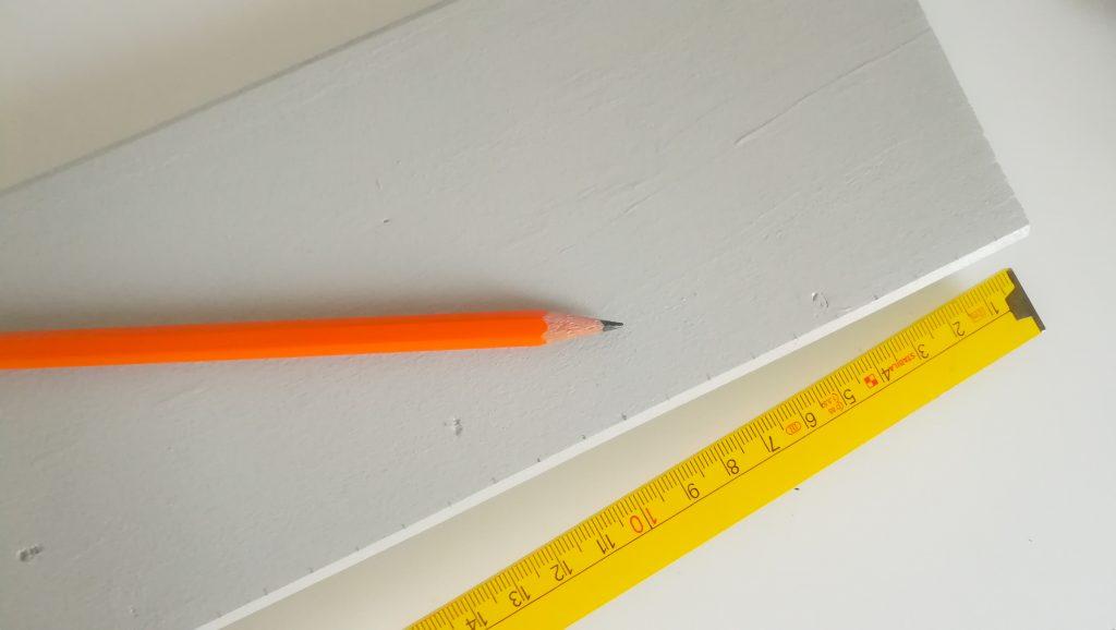 Zentimeter-Abstände auf Messlatte aufzeichnen