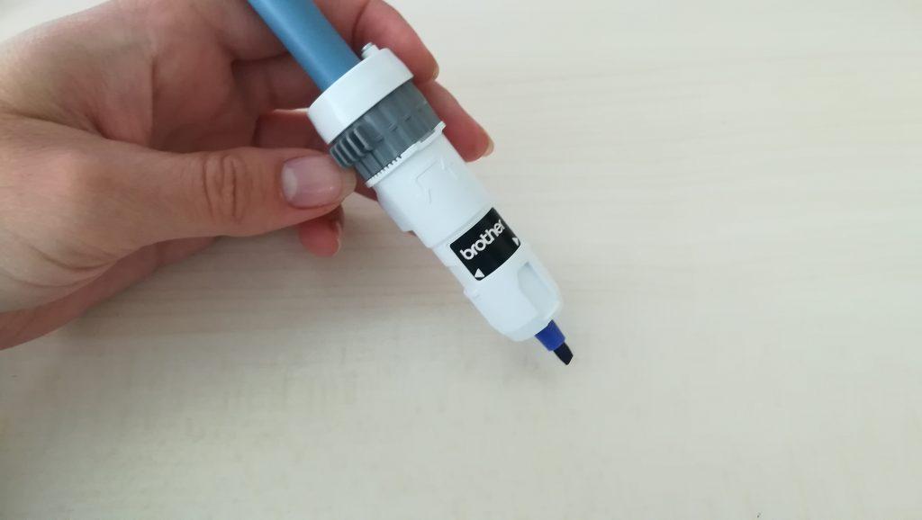 Richtig eingestellter Kalligrafie-Stift im Stifthalter