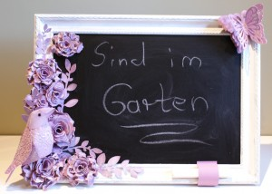Tafel mit Vogel und Blüten