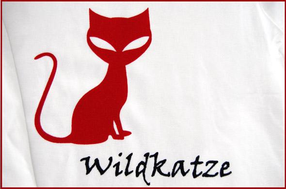 T-Shirt Aufrdurck mit Motiv Wildkatze. Rote Zeichnung einer Katze und de, Wort Wildkatze auf weißen T-Shirt