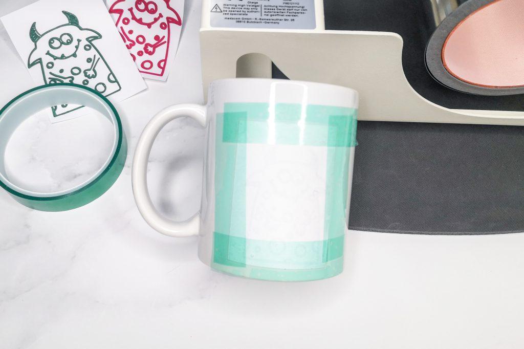 Zeichnung mit Hitzebeständigem Klebeband an der Tasse befestigt