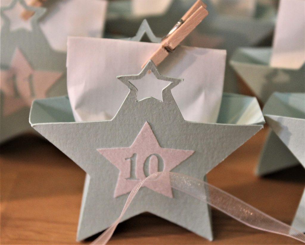Detailansicht - Adventskalender mit blauen Sternen
