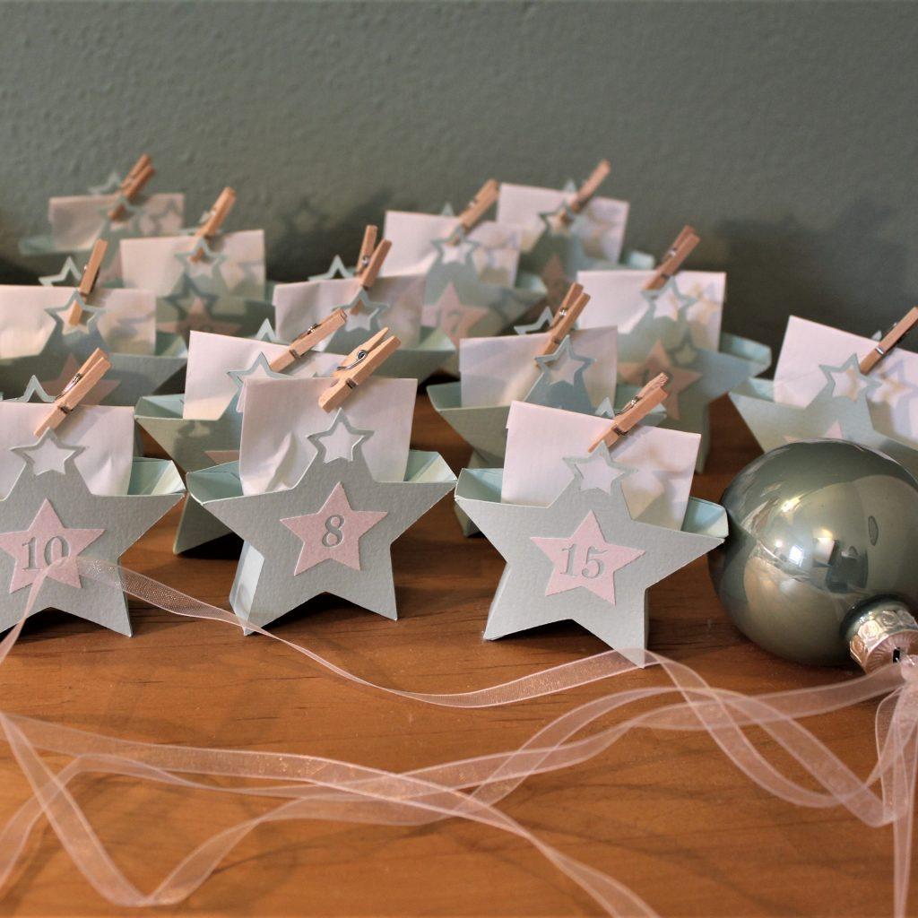 Adventskalender mit blauen Sternen