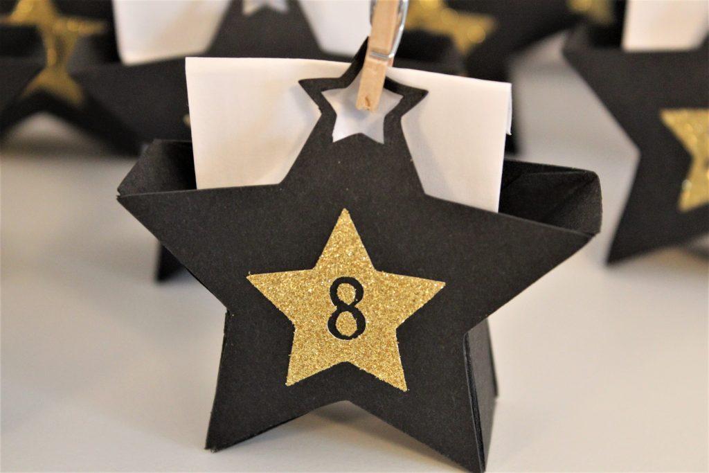 Detailansicht - Adventskalender mit schwarzen Sternen