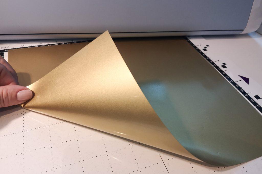 Das glänzende Trägermaterial zeigt nach unten zur Schneidematte