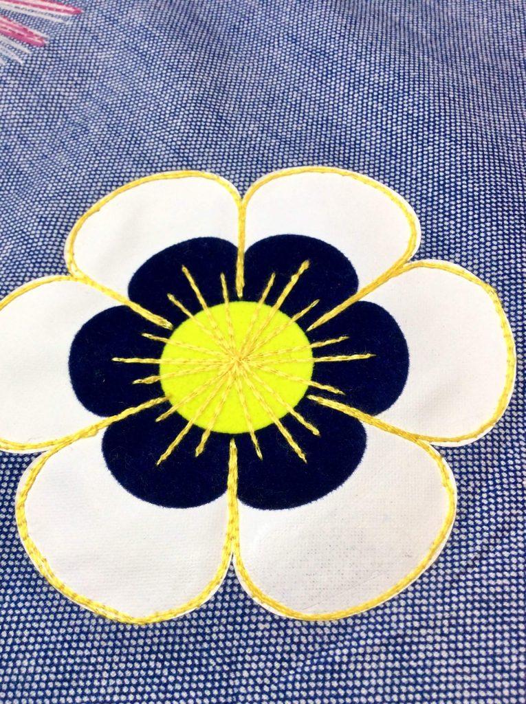 Mehrfarbig geplottete Blume
