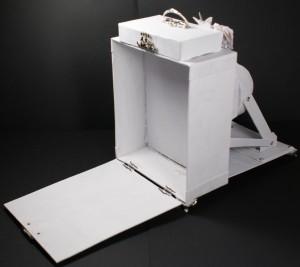 Vintage Kamera aus Karton in geöffnetem Zustand mit Stauraum