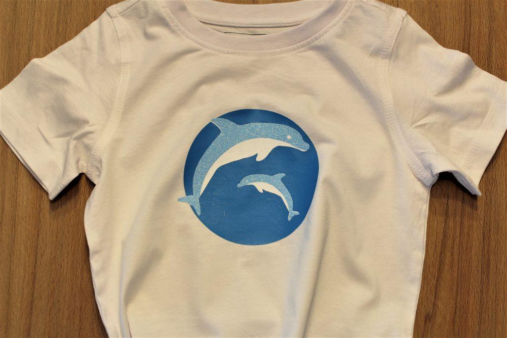 T-Shirt mit Delfin beplottet