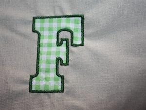 Ein F als Buchstaben-Applikation mit Satin-Aufstickung