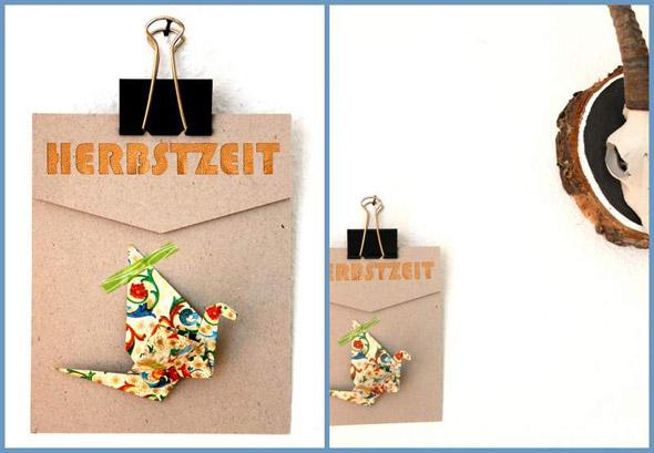 """Mini-Klemmbrett aus Graupappe mit Schmetterling Motiv und dem Text """"Herbstzeit"""""""
