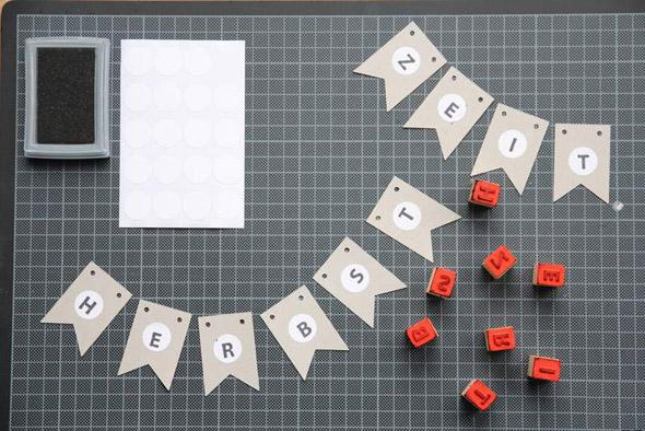 Einzelteile der Wimpelkette aus Graupappe