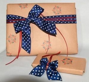 Geschenkpapier selber machen mit farblich abgestimmten Stempeln