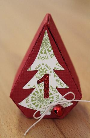 Boxen aus Papier in Blattform als Adventskalender in herbstlichen Farben