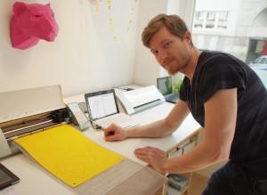 Herr Kampffmeyer an der Silhouette CAMEO zur Produktion von 3D-Papierskulpturen