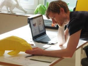 Herr Kampffmeyer beim Entwurf von neuen 3D-Skulpturen