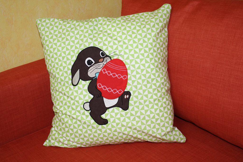 Nach dem vernähen des Kissenbezuges kann man damit gut auf dem Sofa kuscheln