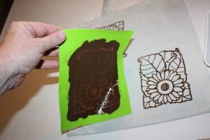 Die Schablone für den selbstgemachten Siebdruck muß nun gereinigt werden