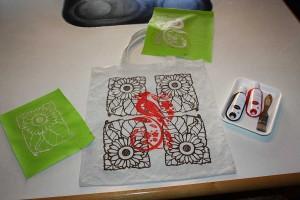 Die fertige Tasche mit dem selbstgemachten Siebdruck aus wiederholenden Mustern