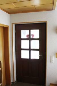 Haustüre deren Sprosenfenster mit Glasdekorfolie verschönert werden sollen