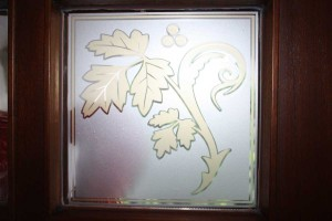 Fenster mit floralem Glasdekor in zwei Farben