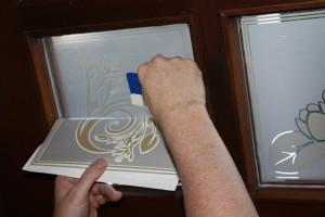 Anrakeln der Fensterdekorfolie