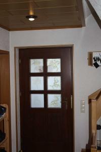 Tür mit Glasdekor auf den Fenstern von innen