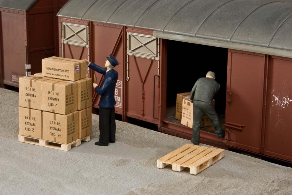 Beladen eines Wagons mit Kartons