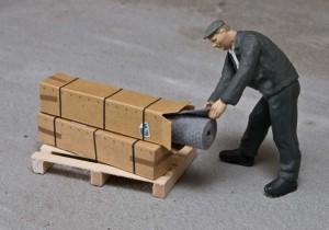 Begutachten der Ware im Karton