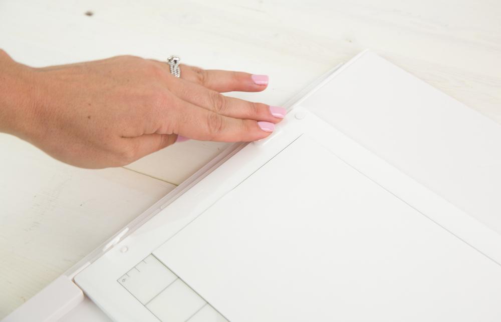 Die Druckknöpfe an den Seiten helfen die Platte an Ort und Stelle zu halten.