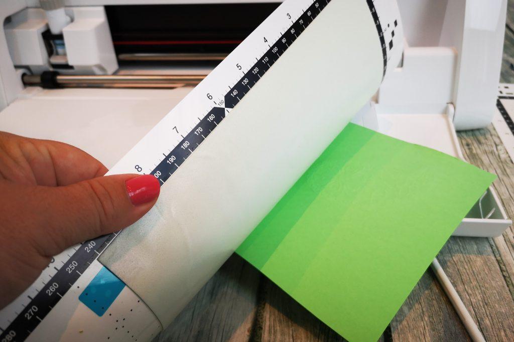 Prägematte vom Papier ablösen