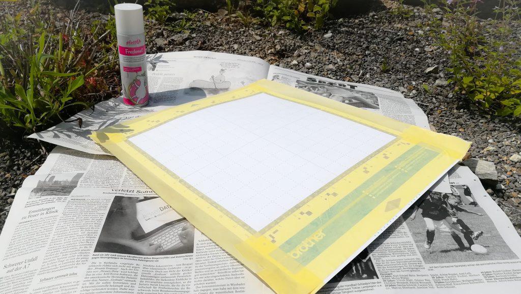 Arbeitsfläche mit Zeitung auslegen