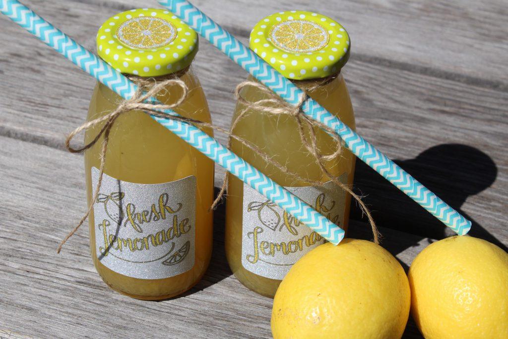 Fertige Limonadenflaschen mit Etiketten