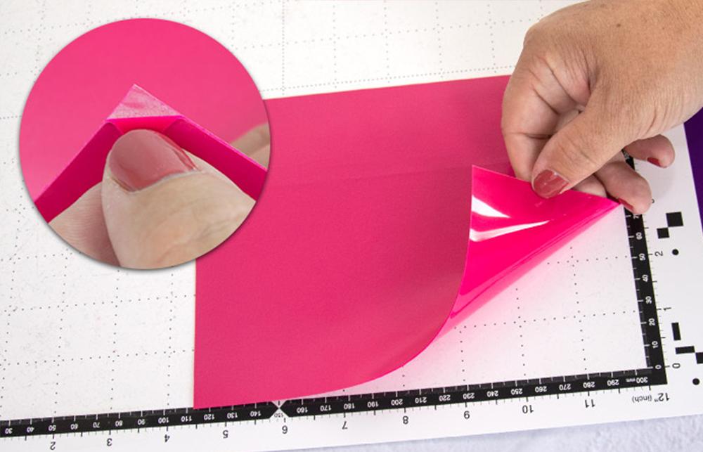 Legen Sie Ihr Material mit der glänzenden, transparenten Seite (Trägermatieral) nach unten auf die Schneidematte.