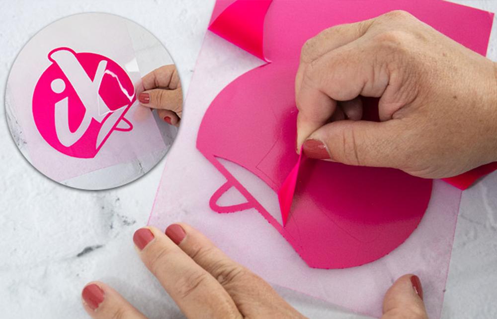 Hat Ihr Plotter das Design fertig geschnitten müssen Sie nun alle nicht zum Motiv gehörenden Flächen entfernen (Auch Entgittern genannt).