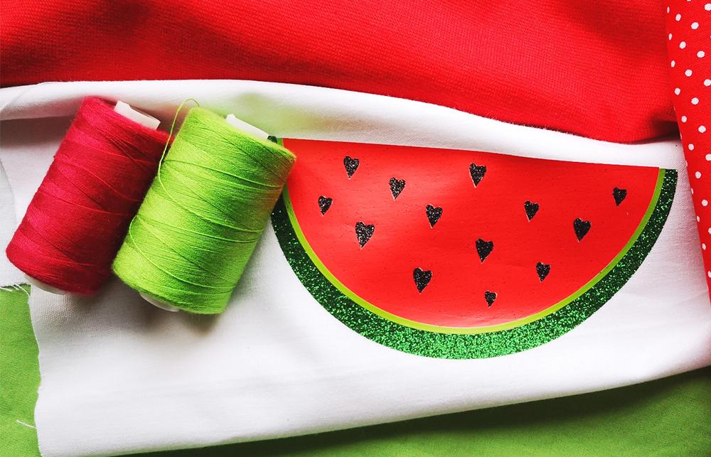 Entdecken Sie die bunte Welt der Textilveredelungen – Textilien selbst gestalten. Wir zeigen Ihnen wie Sie Ihre Lieblingstextilien einfach selber verschönern können.