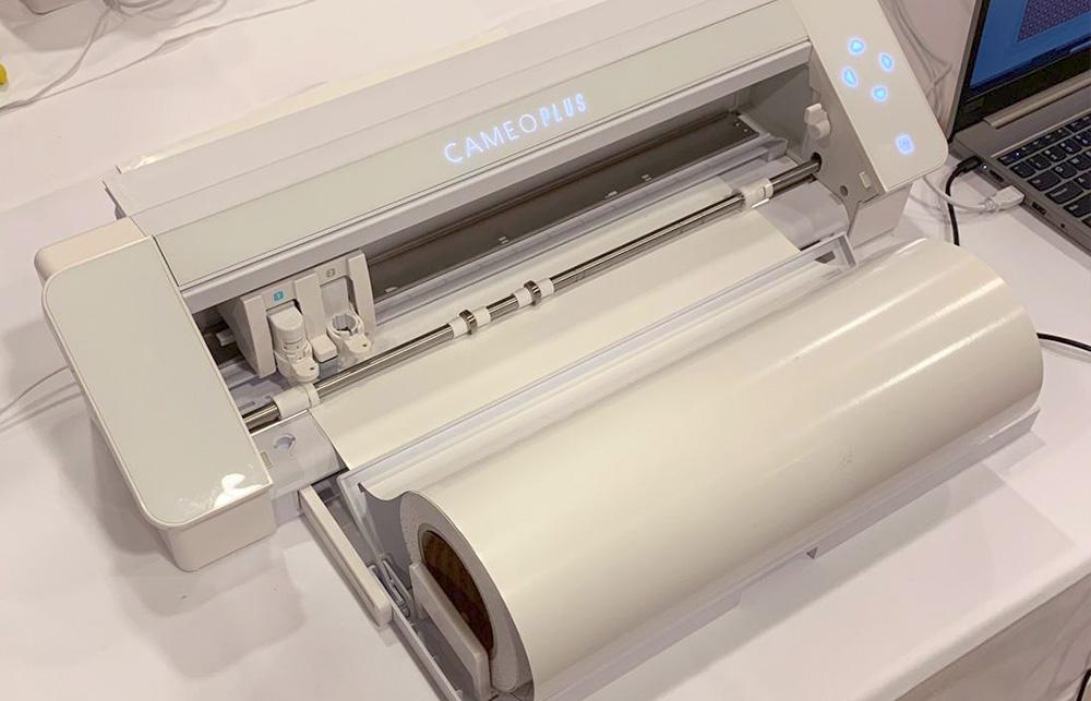 Der Rollenhalter der CAMEO Neuheit wird zum Ausklappen direkt in der Maschine integriert sein.