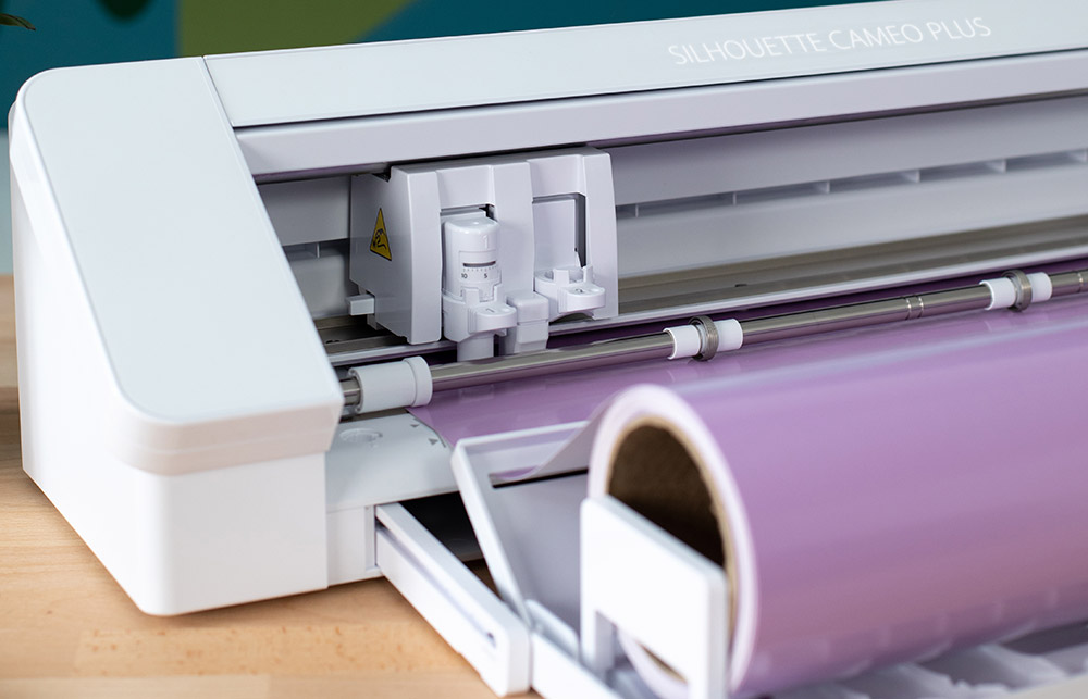 Schneideplotter mit eingebauter Rollenhalterung – somit können Sie auch Materialrollen bestens verarbeiten.