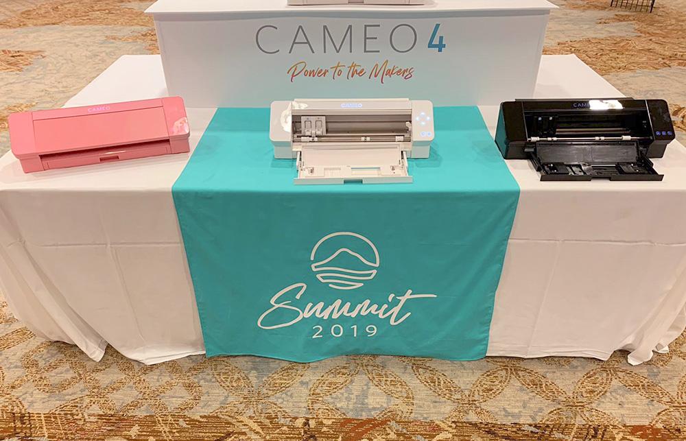 Die SILHOUETTE CAMEO 4 wird in 3 Farben erhältlich sein.