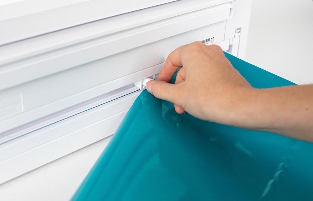Auf der Rückseite der CAMEO 4 befindet sich der Querabschneider. Ist Ihr Rollenmaterial fertig geschnitten, können Sie es mit dem Querschneider von der Materialrolle abtrennen.