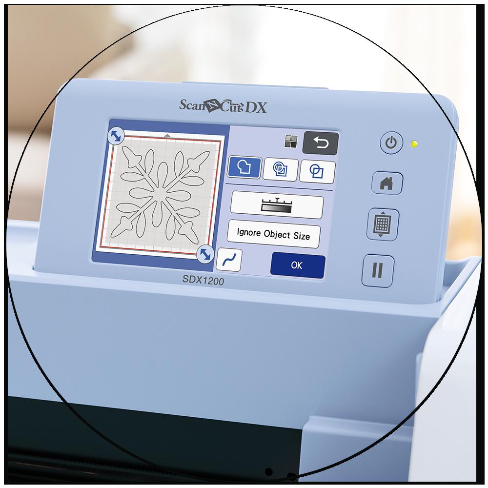 Dank des großen Touch-Display können Sie ScanNCut DX Hobbyplotter auch direkt an der Maschine bedient werden.