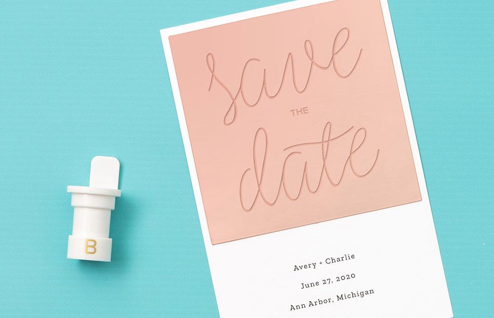 Versehen Sie Ihre Einladungen oder Anhänger mit persönlichen Designs – passend für Ihre Veranstaltung.