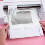 Die Curio Platte wird mit dem Pfeil voran in die Maschine eingesetzt.