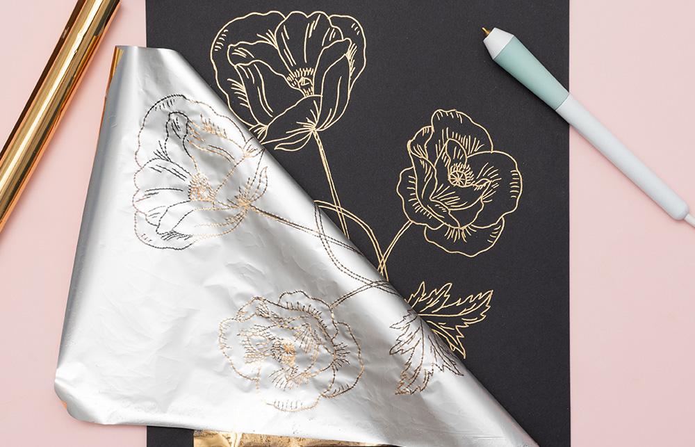 Von groß bis klein – Schriftzüge, Muster bis hin zu eigenen Bildern und Meisterwerken. Mit dem Freestyle Pen von Foil Quill können Sie die Effektfolie verwenden.