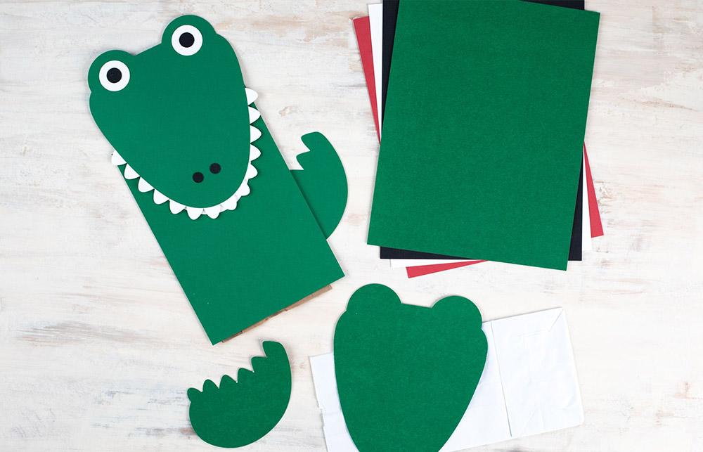 Dieses niedliche Krokodil wurde aus verschiedenen Papiersorten geplottet – ideal als Verpackung udn Geschenkidee.