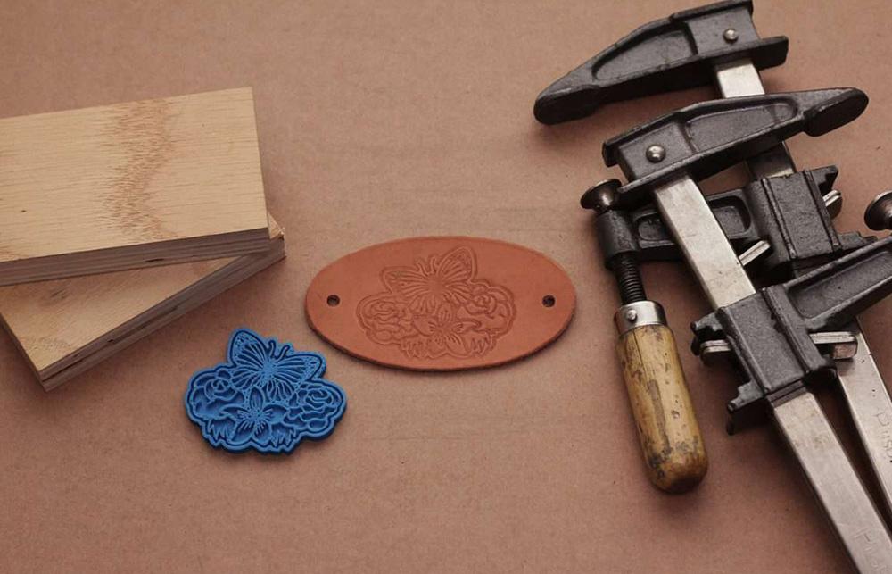 Mit einer Form aus dem 3D Drucker können Sie tolle Bilder in Leder übertragen.