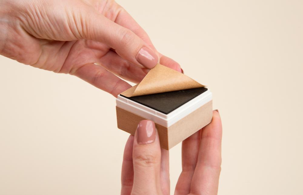 Die braune Schutzfolie legt die Klebefläche frei, auf diese wird später Ihr Stempel eingeklebt.