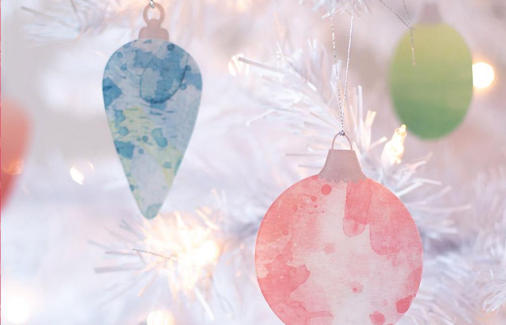 Bunt und fröhlich – Hier wurde Papier mit Aquarellfarbe verschönert und anschließend als Dekoration verwendet.