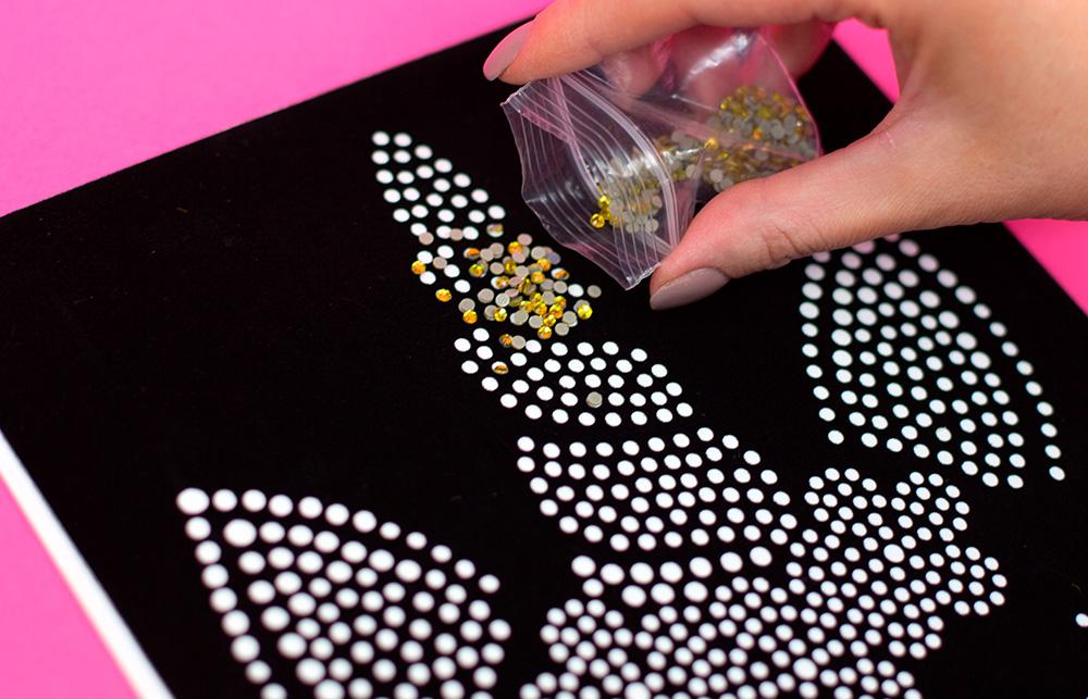 Mit Strasssteinen können Sie Ihre Textilien zum funkeln bringen. Ihr Plotter hilft Ihnen dabei!
